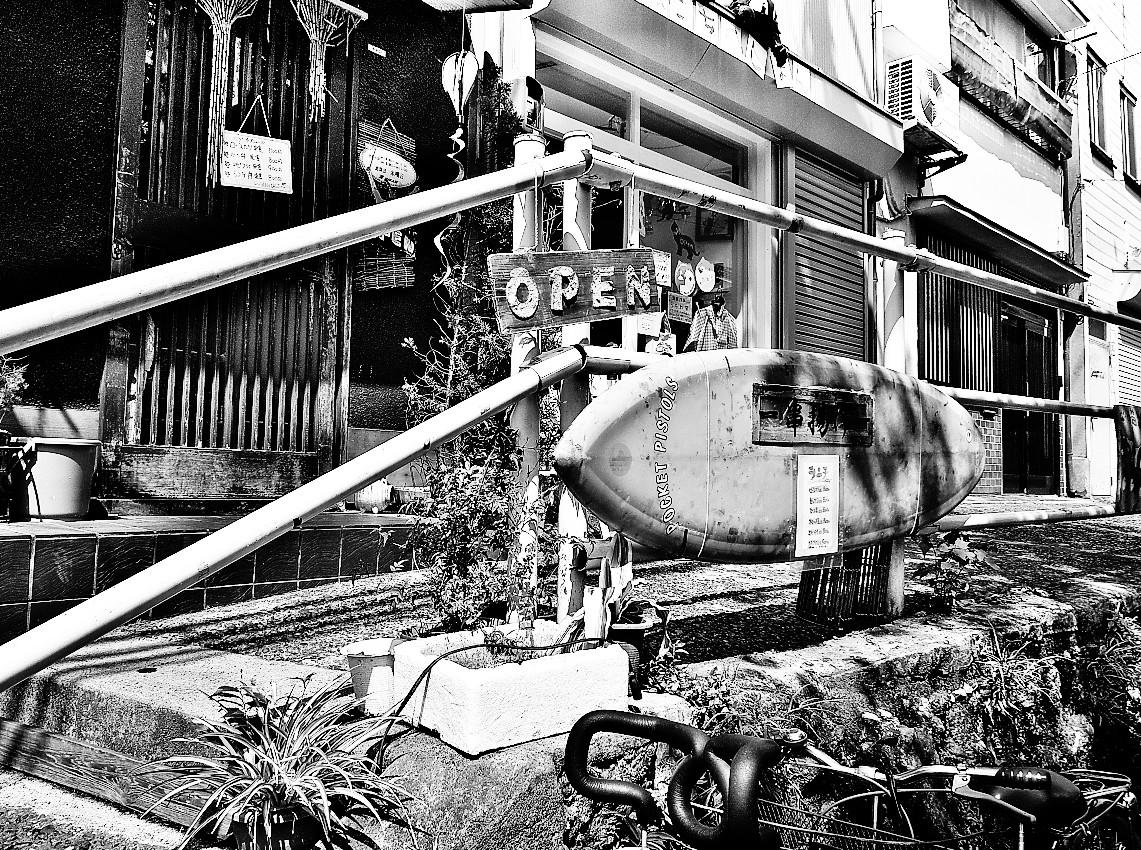 サーフボードのある街角